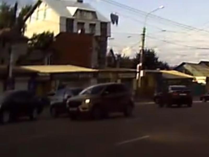 Умник поплатился задом из-за желания объехать пробку в Воронеже
