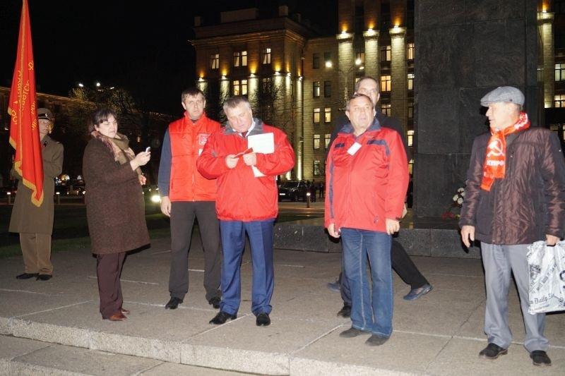 Новых членов КПРФ приняли в партию перед окнами воронежского правительства
