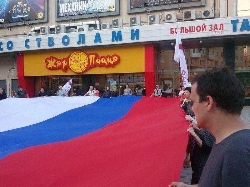 В знак протеста в Воронеже растянут огромный российский триколор