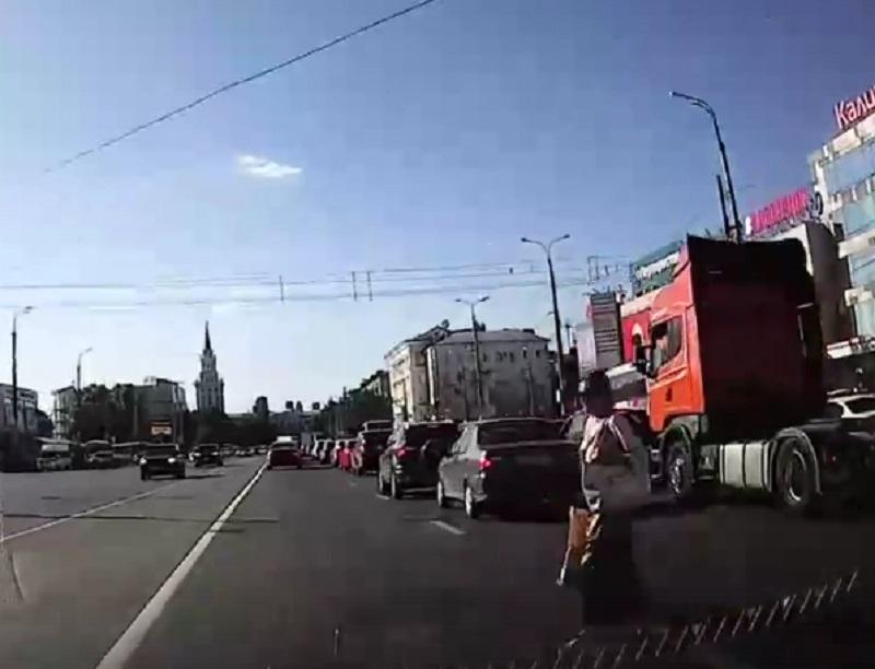 Безумная женщина-камикадзе довела водителя в Воронеже