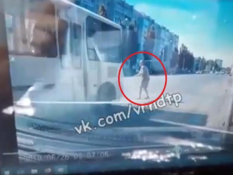 Опубликовано видео смертельного наезда маршрутки на пешехода в Воронеже