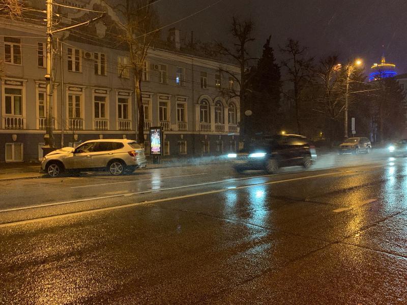 BMW протаранила столб в центре Воронежа