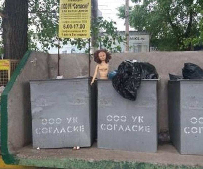 Потрепанную куклу для утех безжалостно выбросили в Воронеже