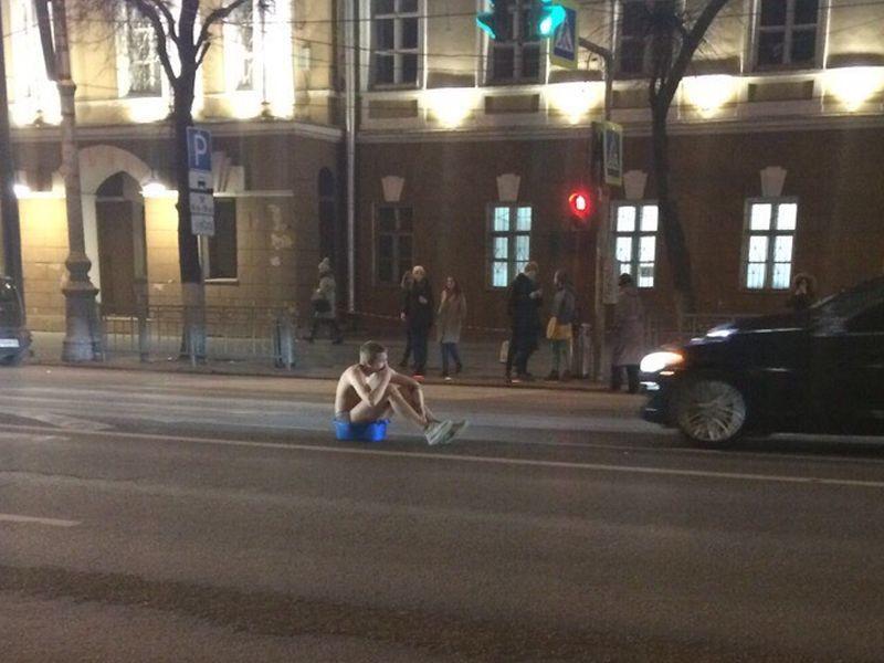 Голый парень сидел на тазе посреди проезжей части в Воронеже