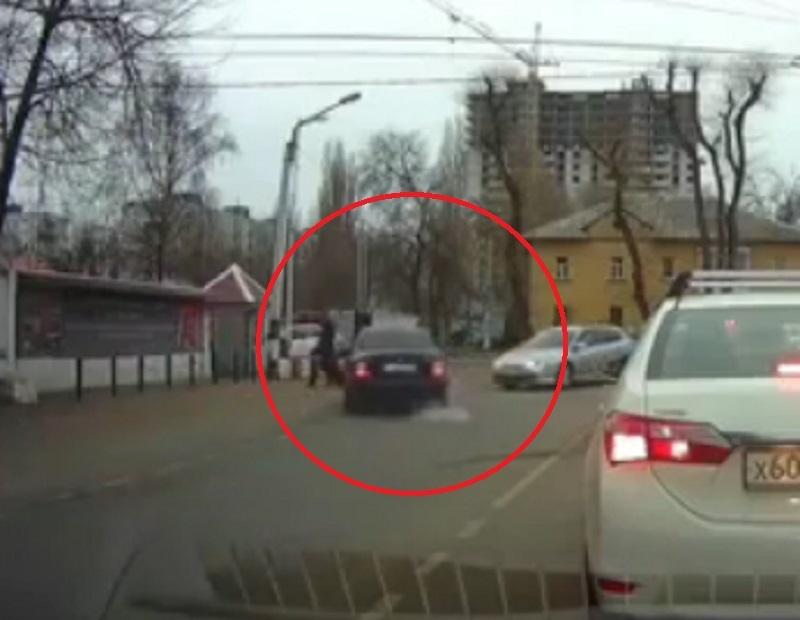 Фантастический уход от пешехода и встречного автомобиля сняли в Воронеже