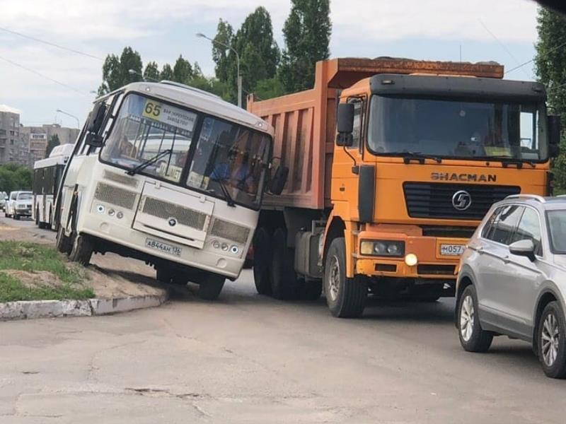 Циничный объезд пробки показал водитель автобуса в Воронеже