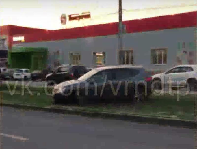 Пьяный водитель не смог выбраться из газонной ловушки в Воронеже