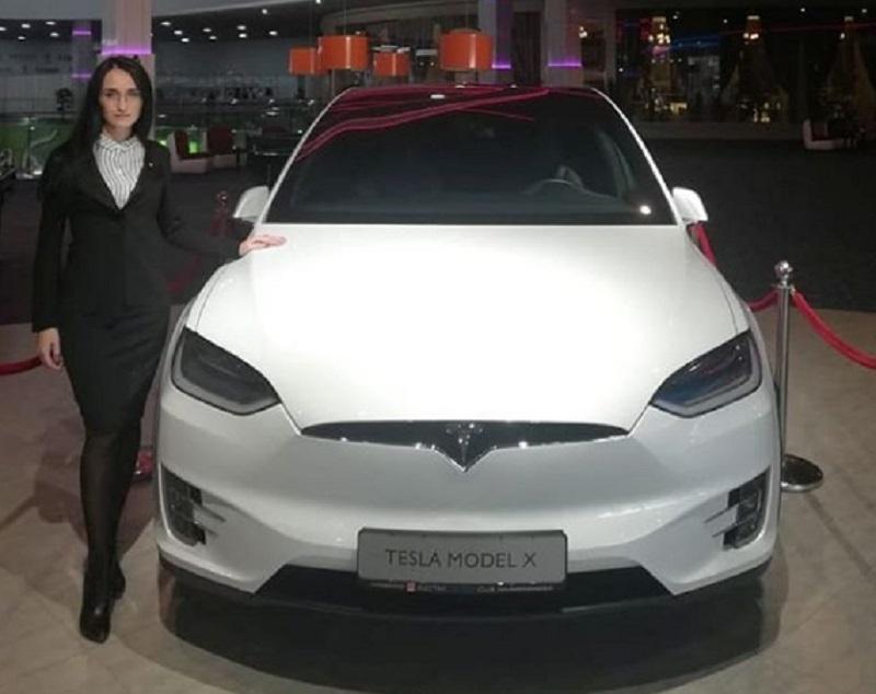 Кроссовер Tesla загнали в помещение ТЦ в Воронеже