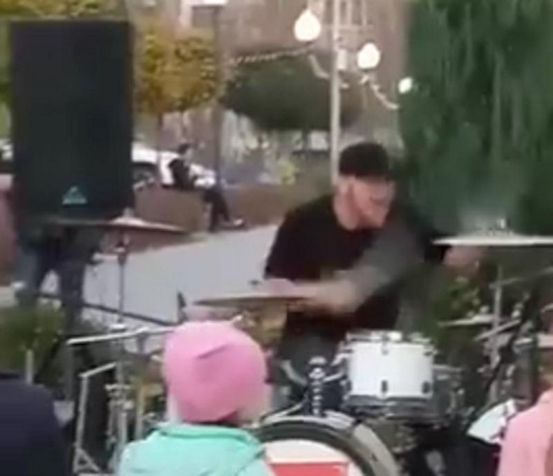 Дикое поведение барабанщика под сказочную песню сняли в Воронеже