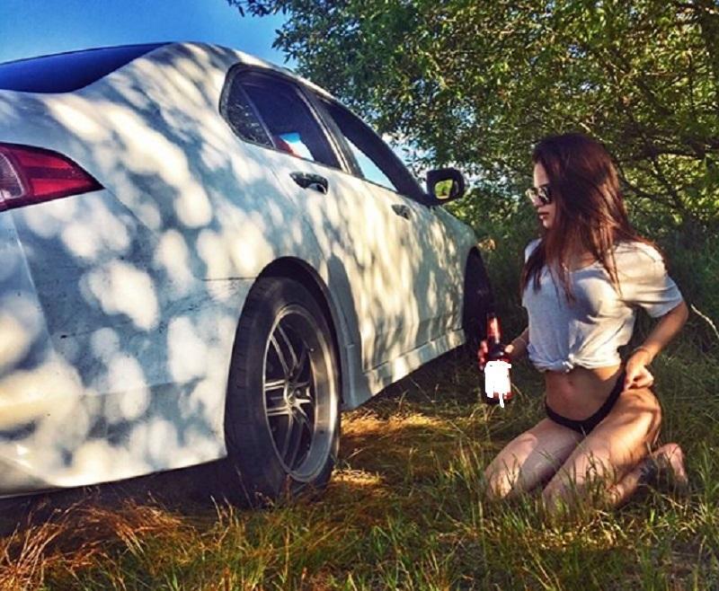 Сидящую на коленях в трусах девушку с пивом сняли в Воронеже