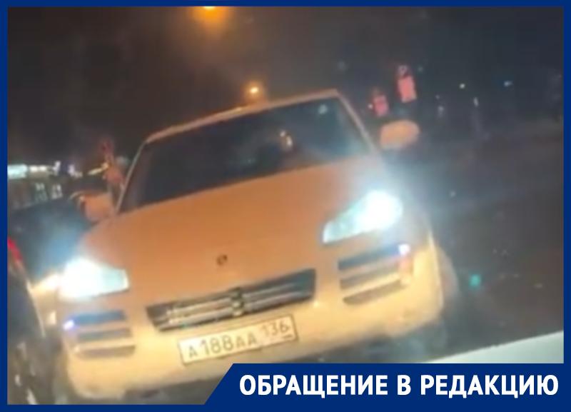 Porsche Cayenne с номером «ААА» фривольно обозначил свое превосходство на дороге в Воронеже