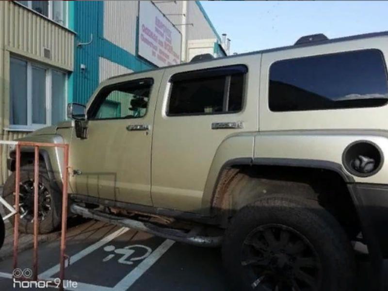 Занявший инвалидное место мощный Hummer рассорил воронежцев