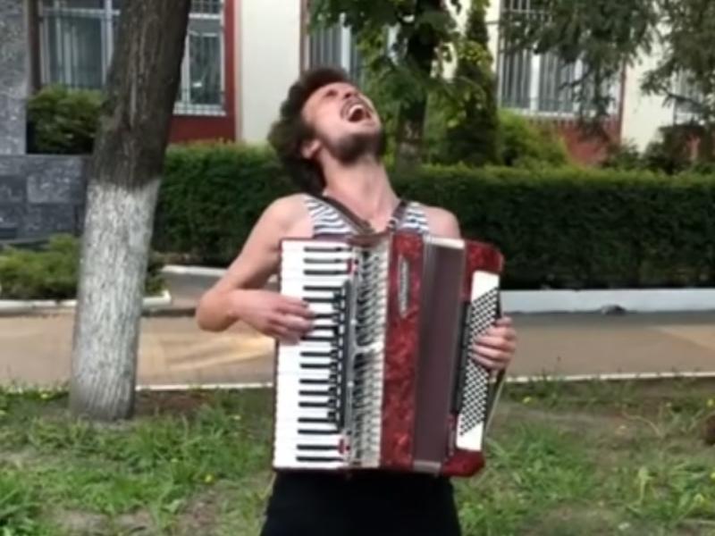 Культовую сцену из «Бумера» феерично воссоздал уличный музыкант в Воронеже