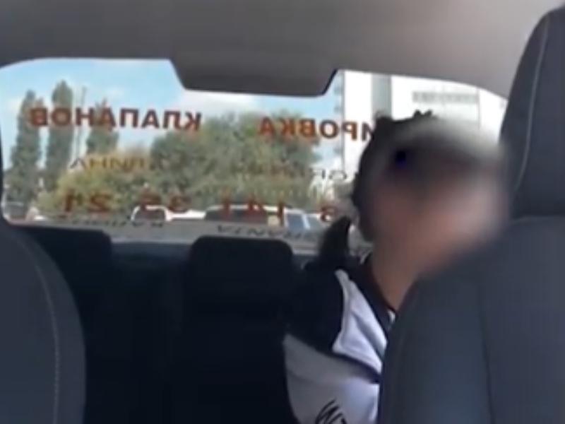Таксист жестко вышвырнул пассажирку на видео в Воронеже