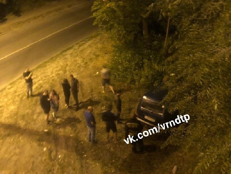 «Нива» вылетела с Северного моста после массового ДТП в Воронеже