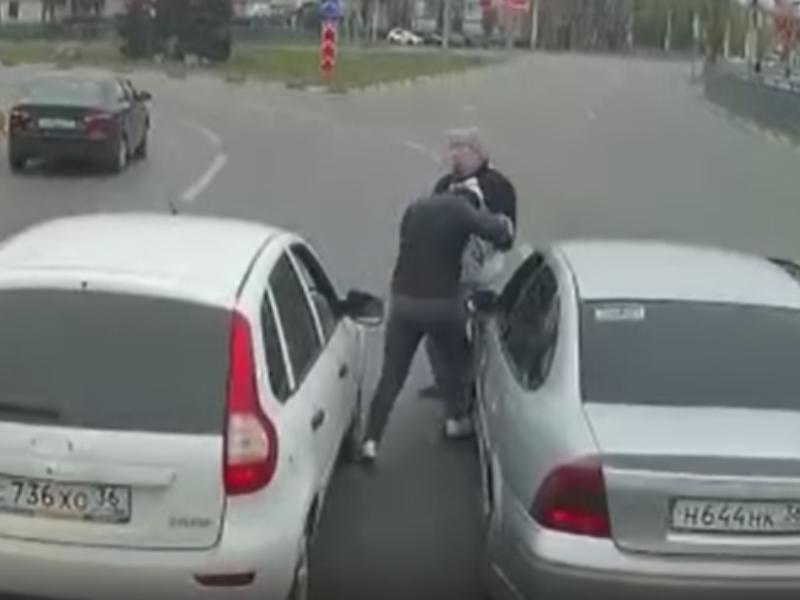 Драка мужчин на проезжей части попала на видео в Воронеже