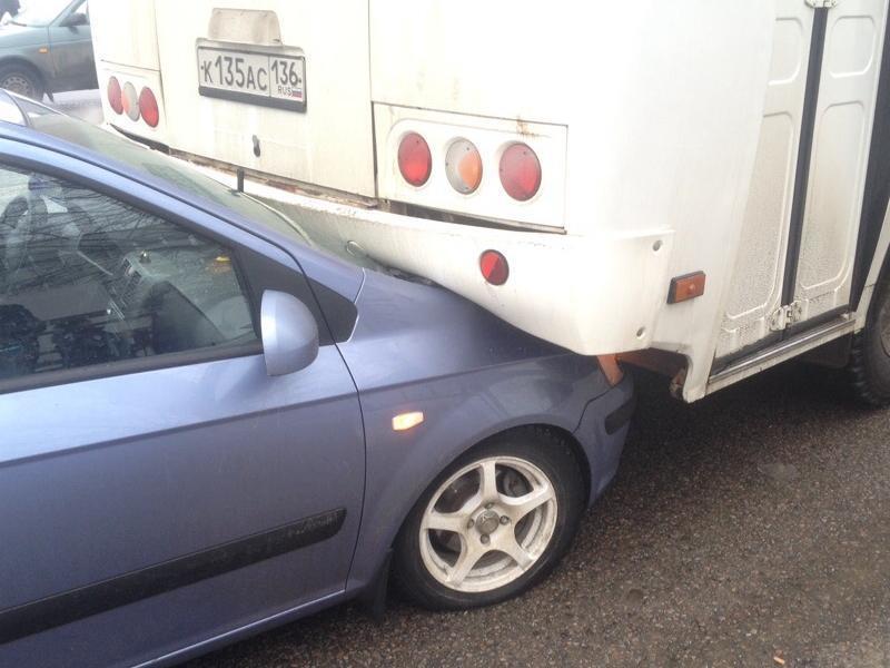 Последствия ДТП с автобусом и любопытным Hyundai показали на видео в Воронеже