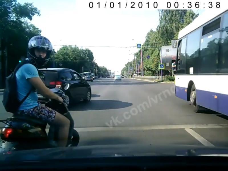 Наезд агрессивного мопедиста на водителя попал на видео в Воронеже
