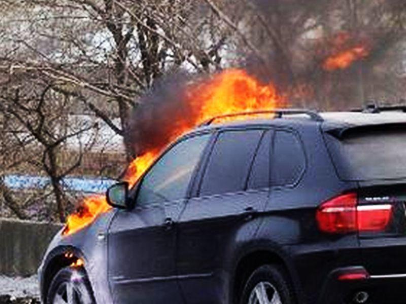 Ранним утром в Воронеже огонь уничтожил BMW X5