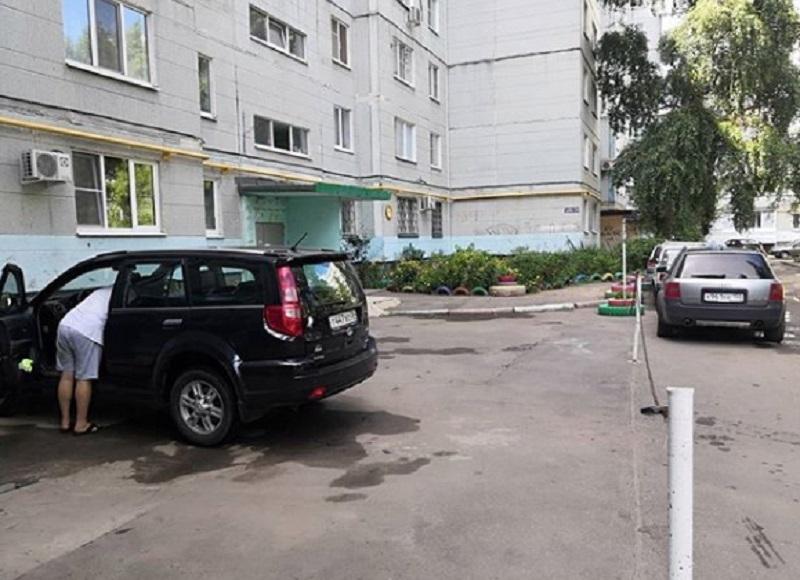 Автомобилисты захватили парковку с помощью цепей в Воронеже