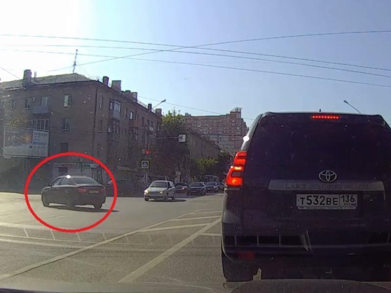 Аккуратное нарушение с риском для жизни попало на видео в Воронеже