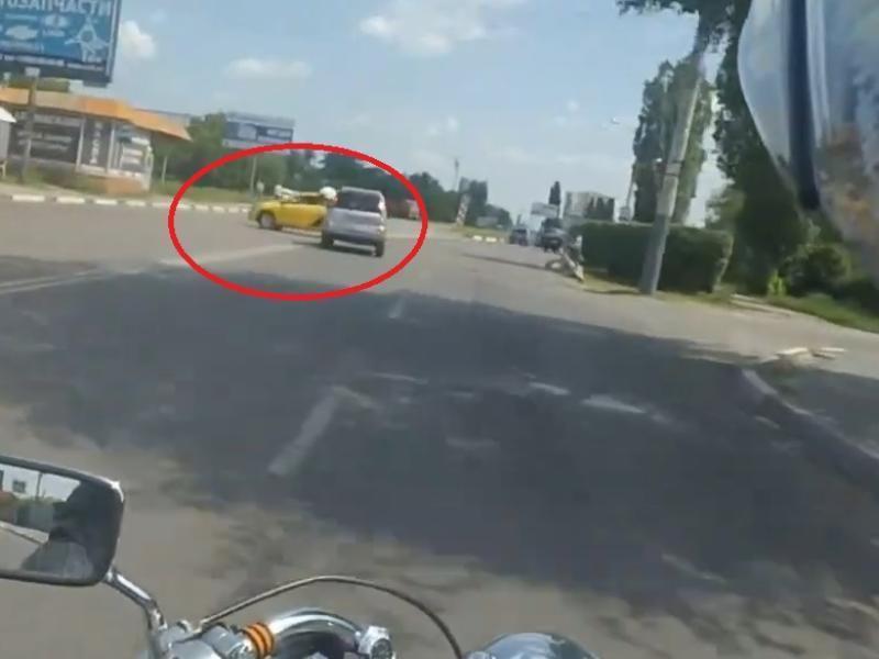 Короля дороги из «Яндекс.Такси» снял байкер в Воронеже