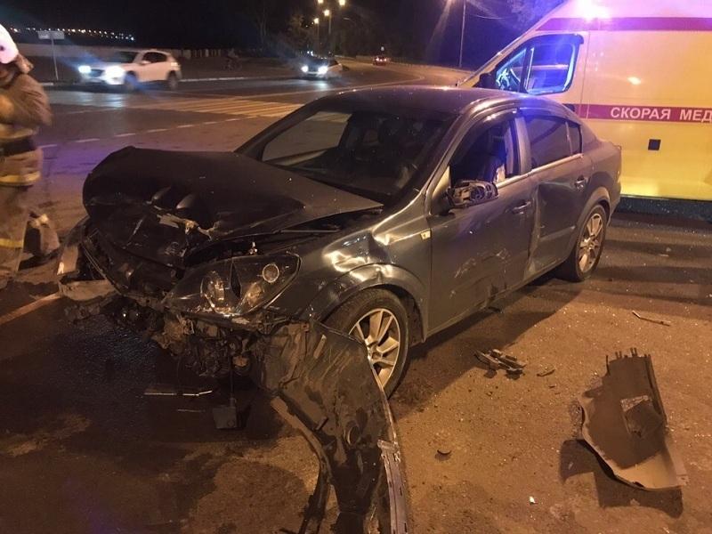 В ночном ДТП у Чернавского моста в Воронеже пострадали два человека
