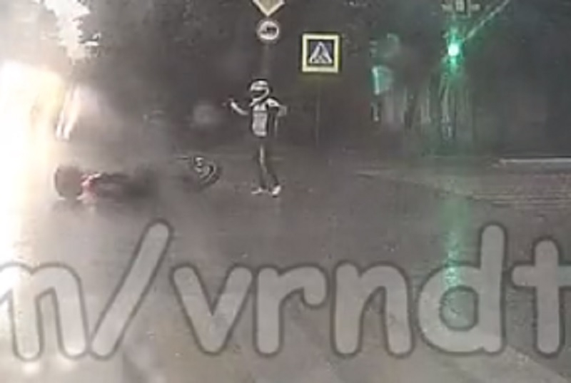 На видео попало, как автоледи на «Матизе» сбивает воронежского байкера