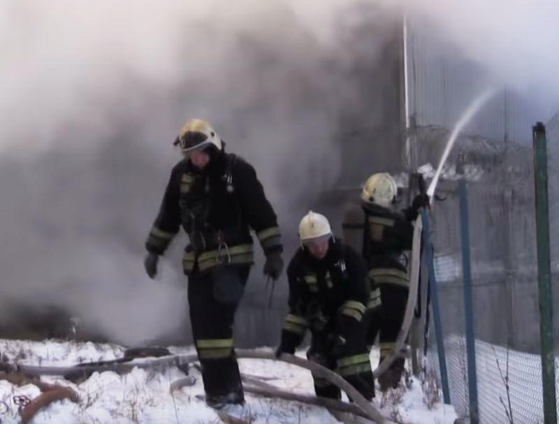 Cотрудники экстренных служб опубликовали видео тушения склада скаучуком вВоронеже