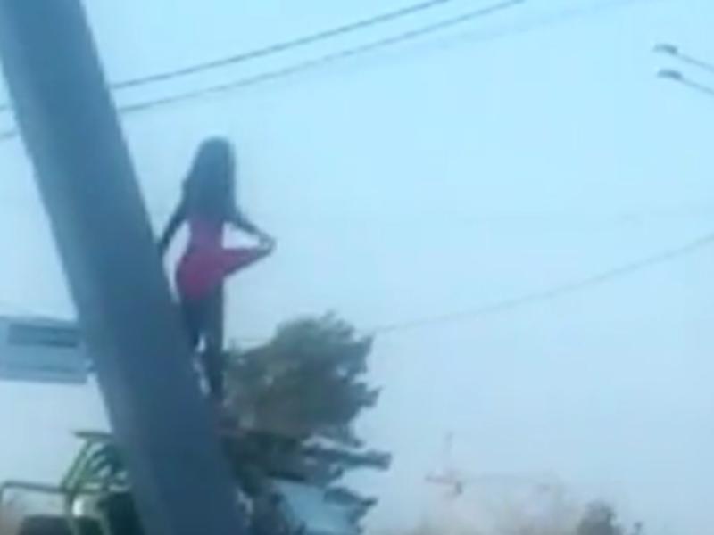 Танец эротичной девушки на воронежской трассе сняли на видео