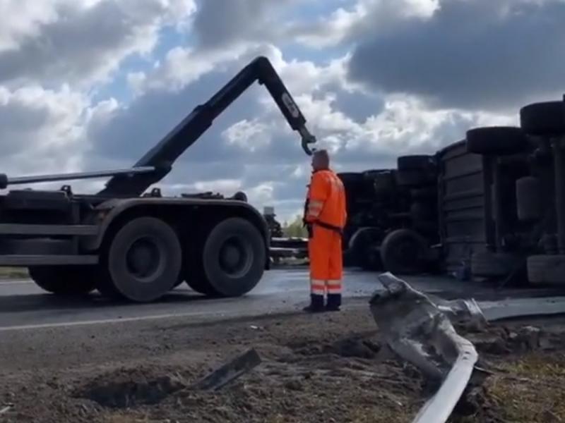Операцию по спасению перевернувшейся на М-4 фуры сняли на видео