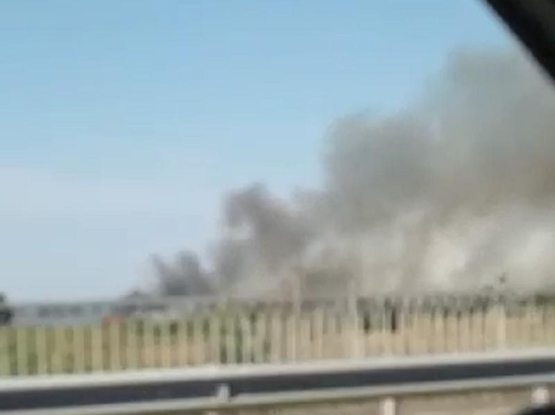 Страшный пожар рядом с жилыми домами под Воронежем попал на видео