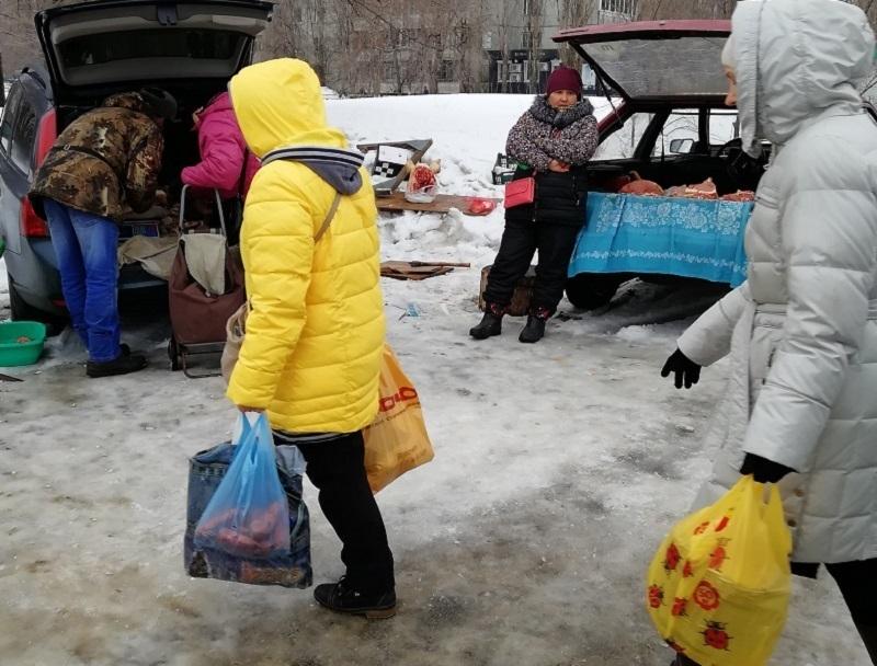 Воронежцы пожаловались на «колхозников», которые устроили рынок на тротуаре