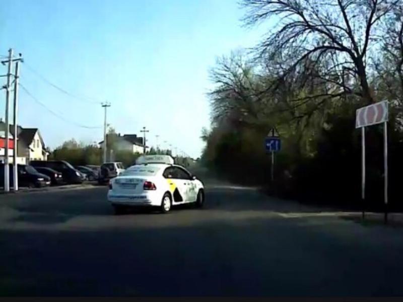 Такси устроило бильярдное ДТП на воронежской дороге