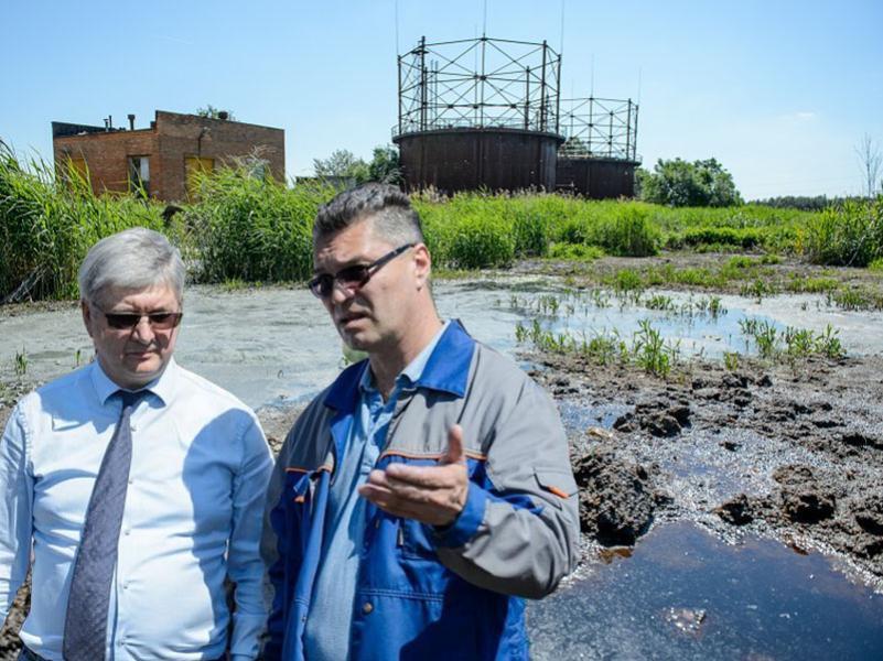 Причину фекальной вони нашли в карьере губернатора Александра Гусева