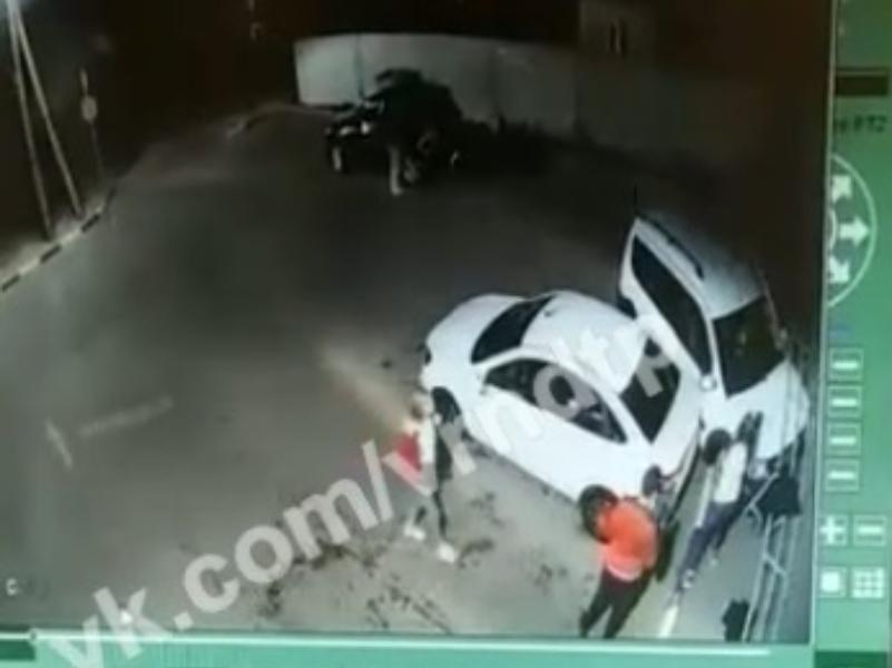 Нелепое столкновение двух Lada на воронежской автомойке сняла камера