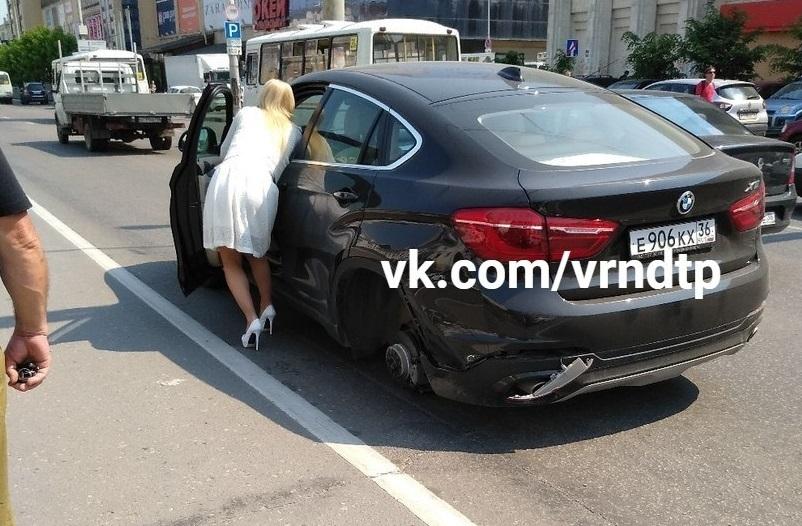 Блондинка на BMW с номерами ЕКХ загадочно потеряла колесо в Воронеже