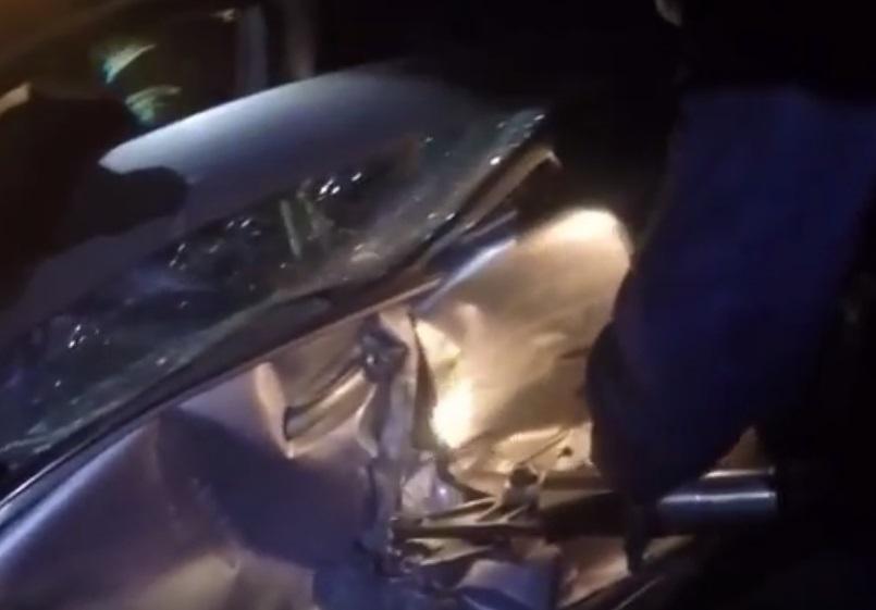 Спасение пассажиров иномарки после ДТП страктором попало навидео