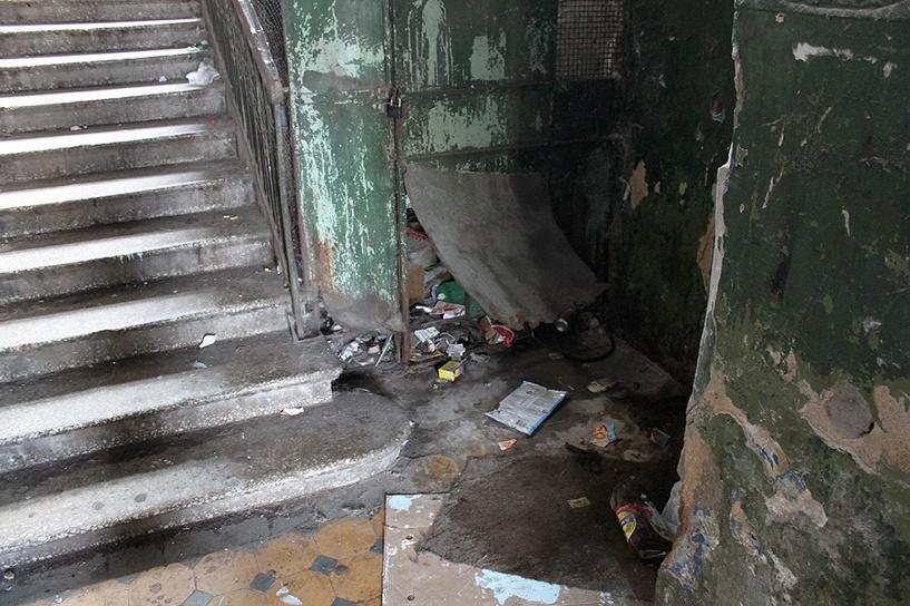 Жителя Воронежа нашли избитым и пьяным в подъезде многоэтажки