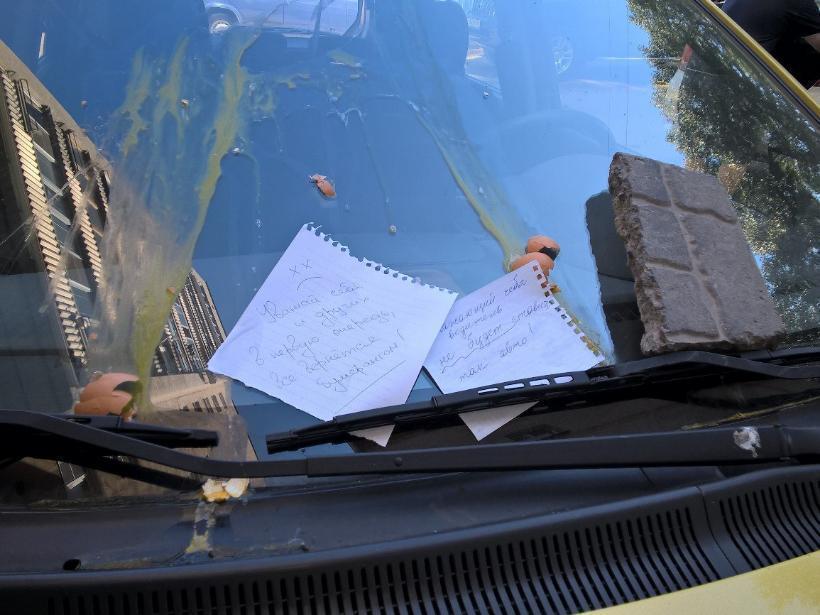 Воронежцы выбросили кирпичи, яйца и мусор на неправильно припаркованный «Хендай» в центре города