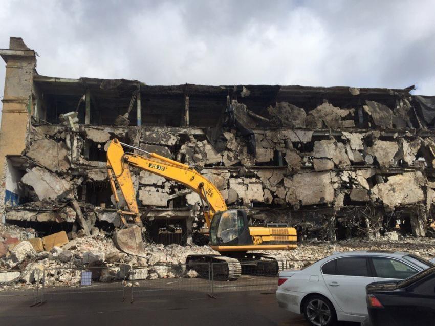 ВВоронеже стена аварийного дома рухнула на строение бизнес-центра