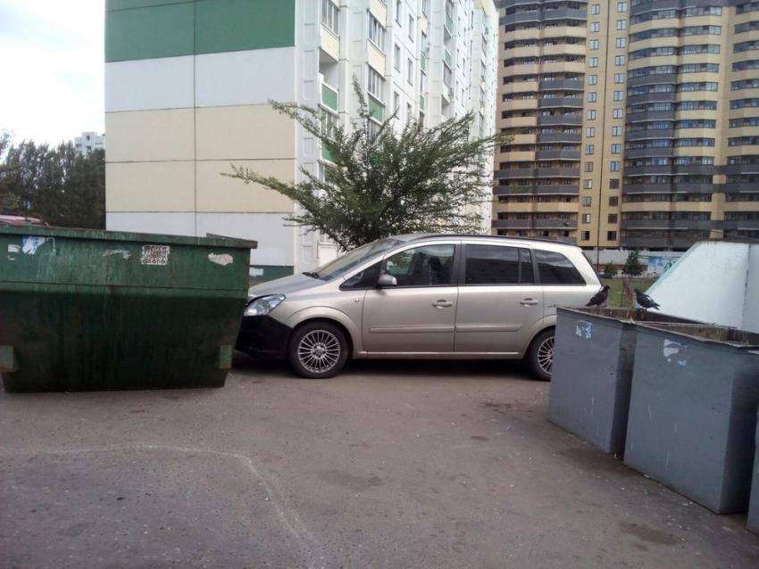 ВВоронеже припаркованный автомобиль скатился вводохранилище и потонул