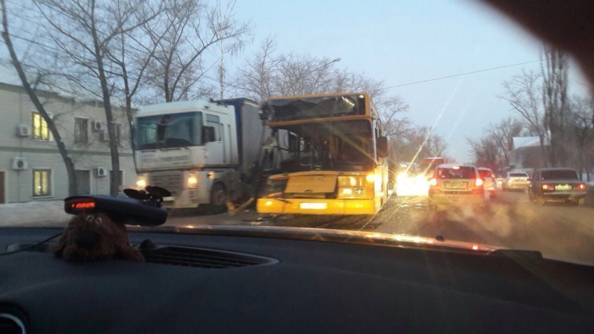 ВВоронеже маршрутный автобус врезался втягач: пятеро пострадавших