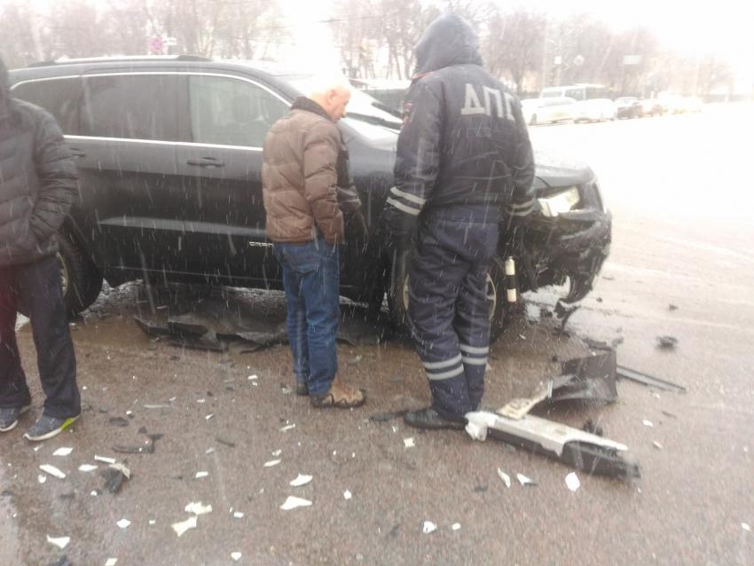 Всамом центре Воронежа лихач на«Jeep» без номеров устроил ДТП
