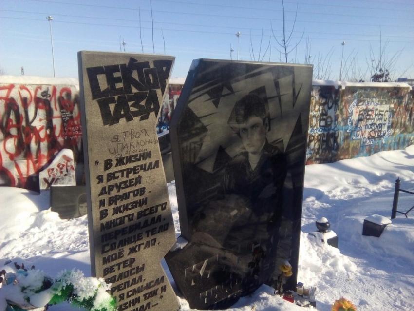 ВВоронеже вандалы разрисовали могилу Юрия Хоя маркером