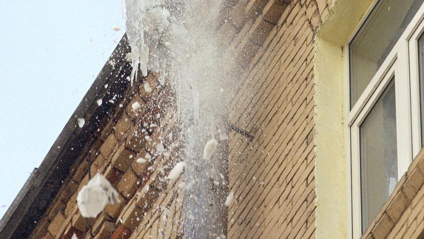 ВВоронеже упавшая наледь пробила крышу иномарки Митцубиши