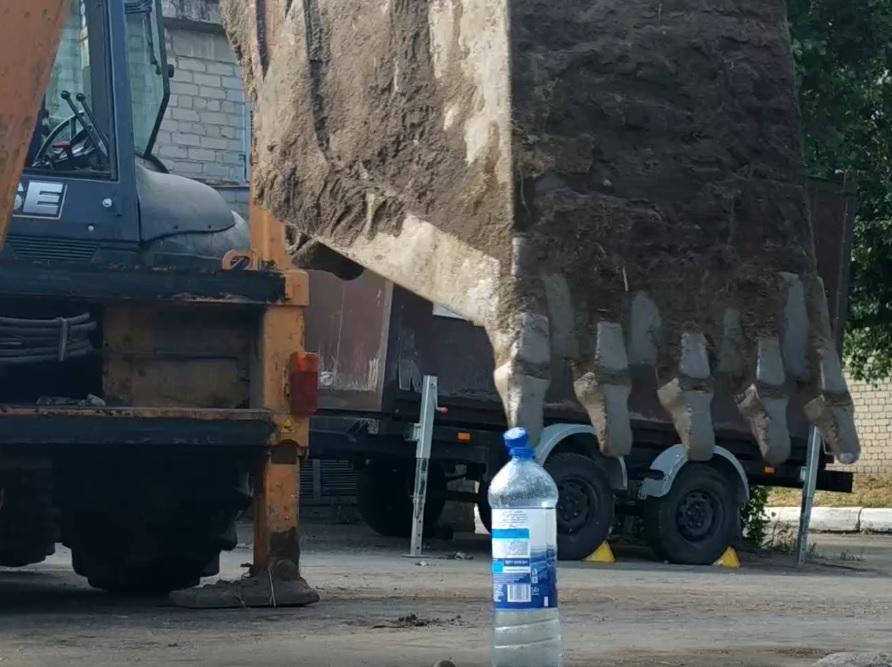 Экскаваторщик выполнил Bottle Cap Challenge за 3 секунды в Воронеже