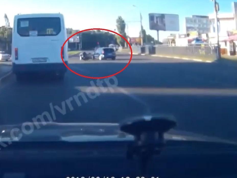 Момент ДТП с байкером разжег спор о виновнике в Воронеже