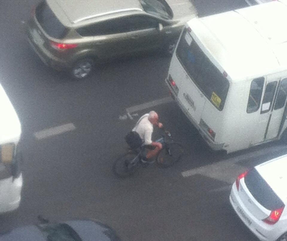 Воронежец стал потешаться над пенсионером-велосипедистом, едущим по правилам