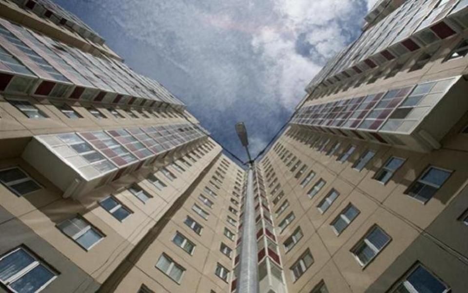 Мужчина упал с 9 этажа на машину в Воронеже